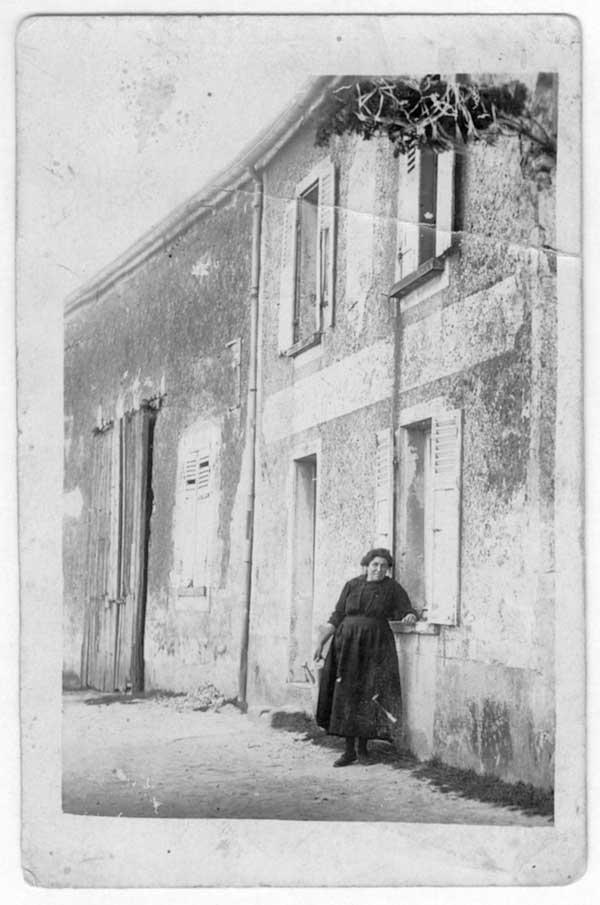 Andrée Gillion devant le bistrot